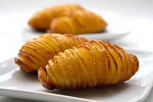 Eventails de pommes de terre au laurier et à l'huile d'olive