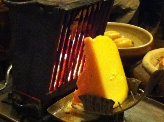 raclette au feu de bois recettes de pommes de terre irr sistibles avec chef patate. Black Bedroom Furniture Sets. Home Design Ideas